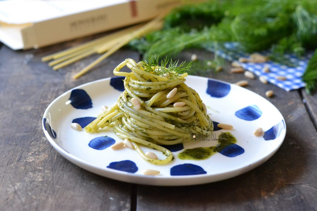 spaghetti con pesto di erbe