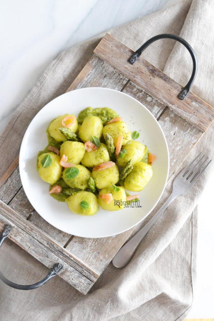 Ricetta Gnocchi Ripieni Di Salmone.Gnocchi Ripieni Con Crema Di Asparagi E Salmone Per Una Pasqua Deluxe